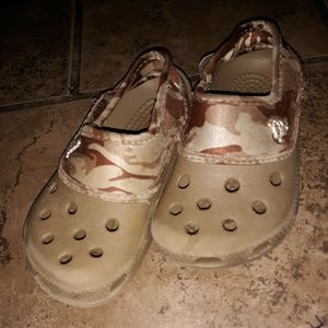 🐊boy's army green camo Crocs size 8/9 GUC!🐊